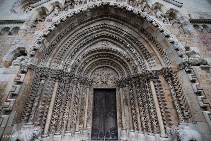 Jáki templom és a híres rekonstruált kapuzat