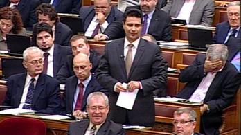 Kínlódott az MSZP-frakció a pártelnök beszéde alatt