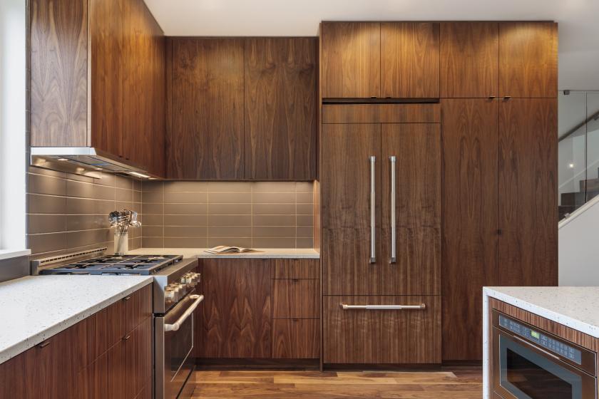 Ha már illeszkedés, ez a hűtő olyan ügyesen elbújt, hogy szinte keresni kell. A hamis faburkolat jó ötlet lehet egy fából készült szekrényrendszer mellett vagy beépített hűtők esetében.