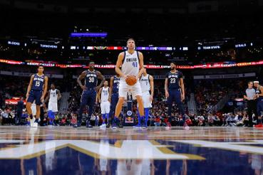 Dirk Nowitzki büntetőt dob a Dallas Mavericks - New Orleans Pelicans mérkőzésen Dallasban 2018. december 28-án