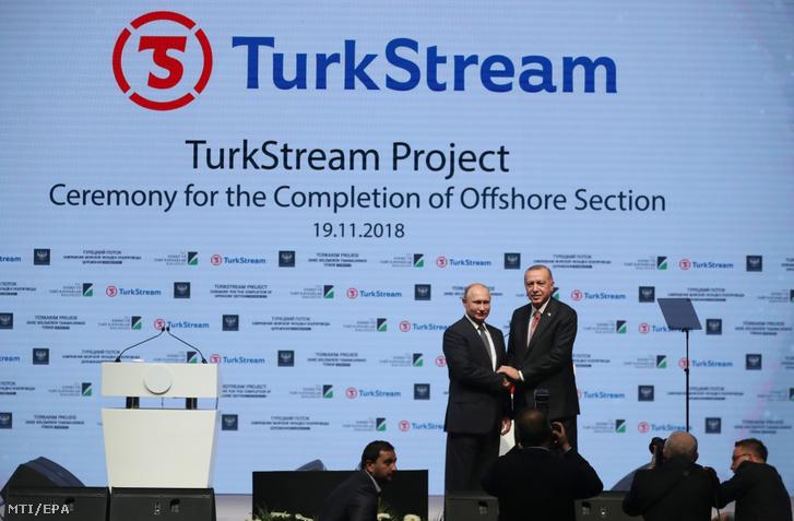 Vlagyimir Putyin orosz (b) és Recep Tayyip Erdogan török elnök kezet fog a Török Áramlat földgázvezeték fekete-tengeri szakaszának befejezése alkalmából tartott rendezvényen Isztambulban 2018. november 19-én