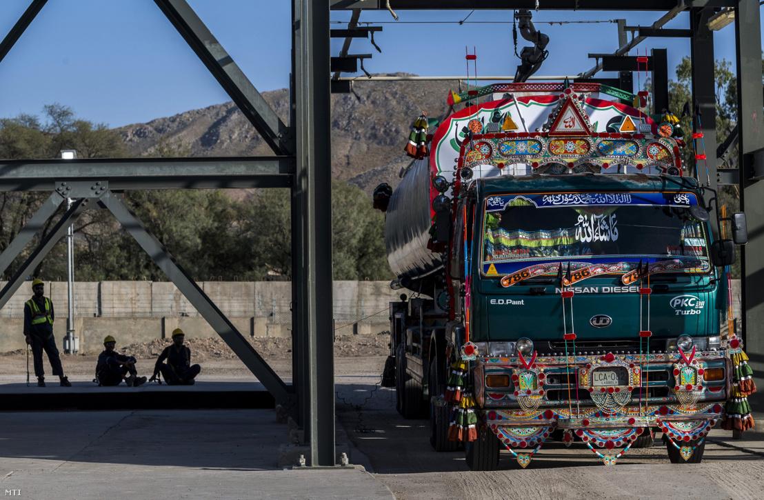 Cseppfolyós gáz fejtenek át egy kamionba a Mol Pakistan Makori központi feldolgozó üzeme töltőállomásán 2018. március 28-án