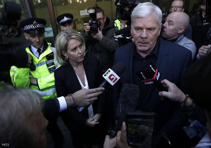 Kristinn Hrafnsson, a WikiLeaks kiszivárogtató portál főszerkesztője (j) és Jennifer Robonson ügyvéd nyilatkozik a sajtó képviselőinek Julian Assange ausztrál oknyomozó újságíró őrizetbe vétele után a londoni Westminster bíróság előtt 2019. április 11-én.