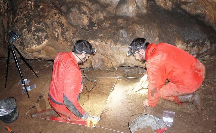 Aitor Ruiz-Redondo és Diego Garate régészek dolgoznak a horvát barlangban