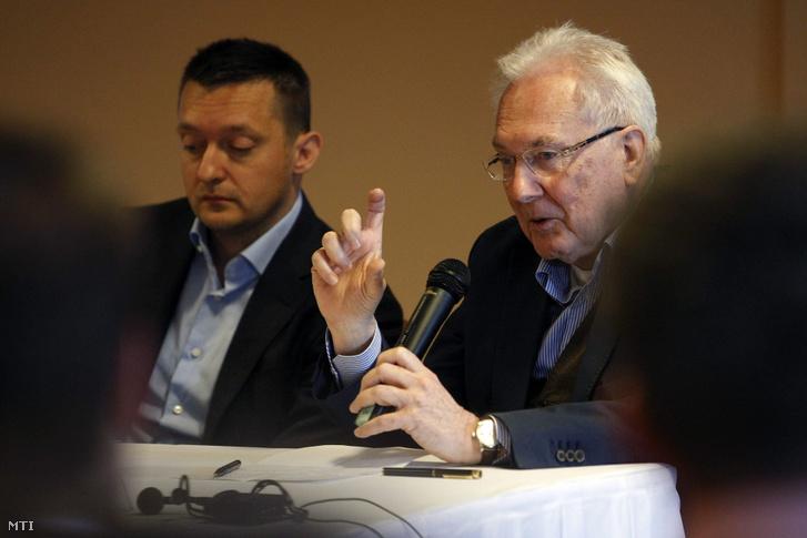 Rogán Antal, a Fidesz frakcióvezetője (b) és Róna Péter közgazdász az Ökopolisz Alapítvány társelnöke az iCon gazdaságpolitikai konferencián Tatárszentgyörgy-Sarlóspusztán a Club Hotelben 2014. május 18-án