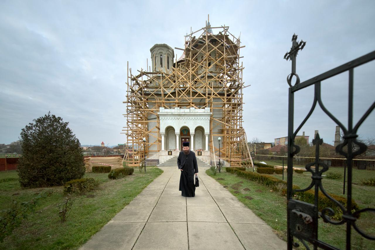 """""""Sokszor tetten érhető a reprezentációs szándék, főutak mellé, látványos helyszínekre kerülnek a templomok. A közelükben viszont nincs egy falu sem, jogosan merülhet fel a kérdés, hogy ki fog ezekbe járni"""" – jegyezte meg Bánhegyesy. A reprezentatív jelleget az is erősíti, hogy az átadott nagy templomok sokszor még évekig üresen állnak, és a miséket egy szomszédos régi, kis templomban tartják.                         Egy templom a településtől távol Vâlcea megyében."""