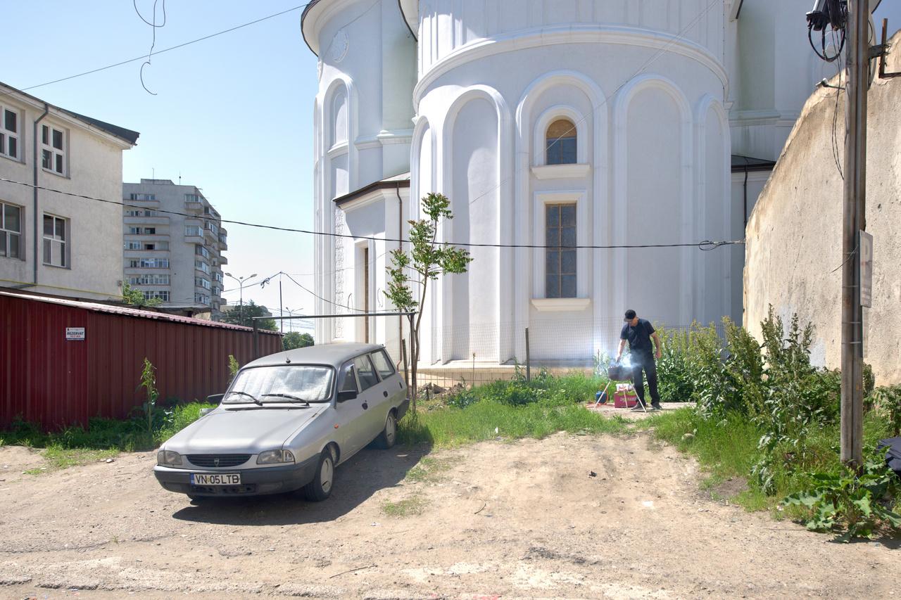 Az ortodox templomok sokszor silány építészeti minősége az erőltetett, gyors építkezésből is ered, és gyakran ott ül rajtuk a befejezetlenség érzete is. A még viszonylag mutatós külcsín mögött csupasz falak, díszítetlen terek vannak. A templomok olykor a tájképbe és a városszövetbe is képtelenek belesimulni. Erre példa ez a Vrancea megyei templom is.