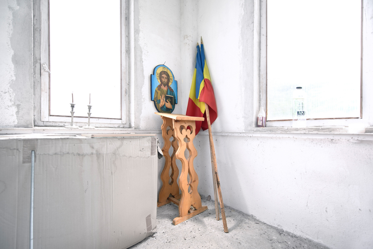 A statisztikák mindenesetre kedveznek az ortodox vallásnak, a 2011-es népszámlálás szerint Románia lakosságának közel 86 százaléka, 16,4 millió ember vallotta magát ortodoxnak. Hogy ebből ténylegesen mennyien gyakorolják a vallásukat, vagy járnak templomba, azt csak megtippelni lehet.                          Templombelső Maros megyéből.