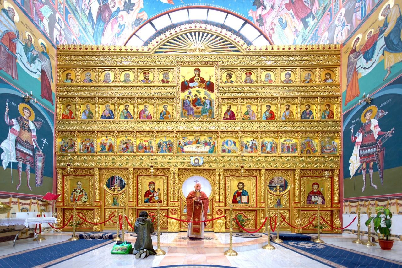 """Ezt a bekebelezést és térhódítást próbálta aztán megragadni utazásai során Bánhegyesy. Többször átszelte Romániát, több mint tízezer kilométert utazott, miközben 300-400 templomot fotózott. Mindig voltak biztos pontok utazásai során, célzottan keresett templomokat, de olykor teljesen véletlenül kerültek elé épületek. """"Annyira új templomok is vannak, hogy még a Google Street View-n sem szerepelnek"""" – mondta a fotográfus.                          Ennél a Kolozs megyei templomnál erős reprezentatív szándék érezhető."""