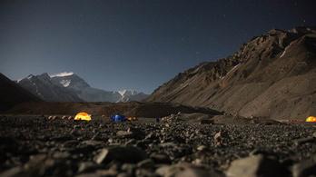 Próbálják menteni a hegymászószarban fuldokló Everestet