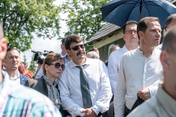 Áder János köztársasági elnök (k) és felesége, Herczegh Anita (b) érkezik a csíksomlyói búcsún tartott szentmisére, a Kis- és Nagysomlyó-hegy közötti hegynyergen 2018. május 19-án.