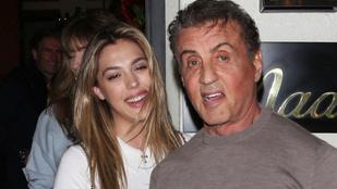 Sylvester Stallone a családi vacsora után a rajongóival pózolt