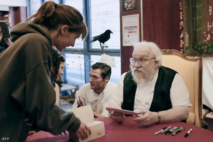 George R. R. Martin autogramot ad egy francia könyvesboltban Dijonban 2014. július 3-án.