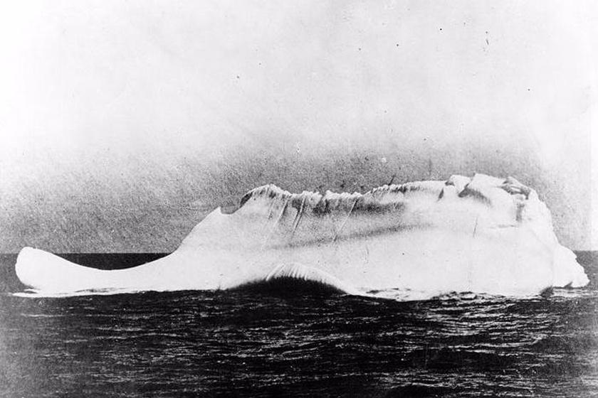 A Minia fedélzetéről készített fotón látszik, hogy a jéghegynek nekiütközött valami.