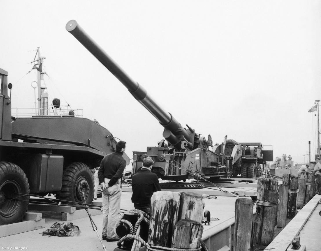 Az egyik M65-ös ágyú szállításra kész állapotban New York kikötőjében
