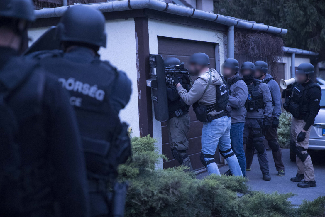 Az elkövetők több külföldi – francia és belga – cégtől összesen 3,7 millió eurót szereztek meg. A szervezet vezetését végző két férfit a rendőrök – egyiküket a Készenléti Rendőrség Bevetést Támogató Osztály munkatársaival közösen – 2019. április 10-én fogták el.