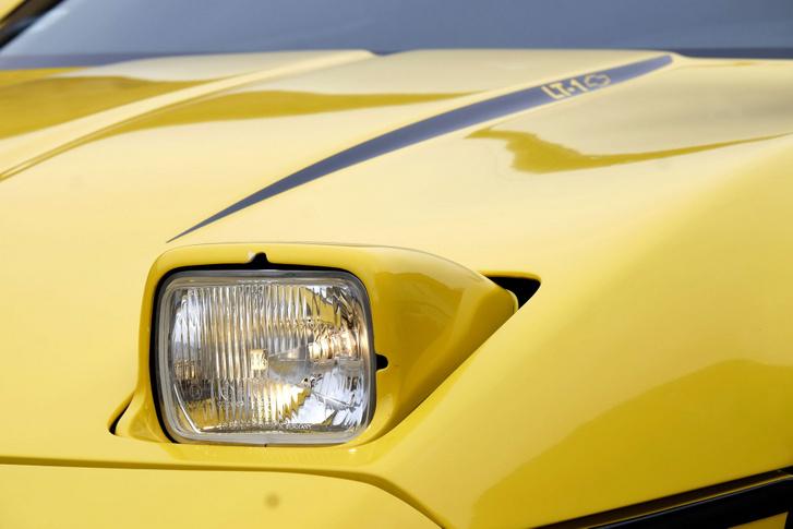 Egy az egyben, minden átalakítás nélkül (még a rögzítésekhez se kell hozzányúlni) belemegy a Fiat 126 lámpája