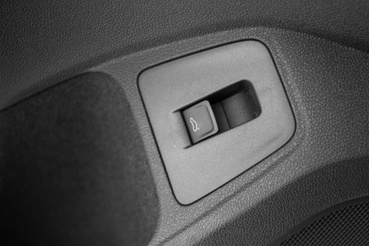 Az ajtóbelsőről, térdmagasságból nyitható a csomagtartó