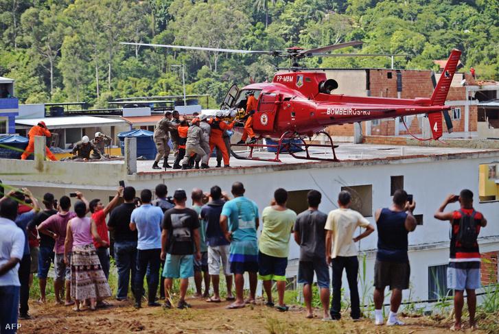 Mentőhelikopterrel szállítanak el egy sérültet 2019. április 12-én Rio de Janeiróban, ahol két tömbház összeomlása miatt legalább három ember életét vesztette.