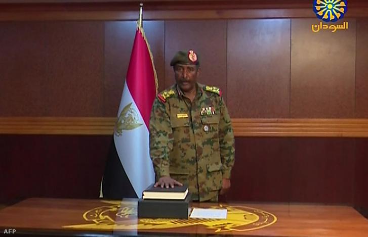 Abdel Fattah Abdelrahman Burhani esküt tesz a katonai tanács vezetőjeként Kartúmban 2019. április 12-én