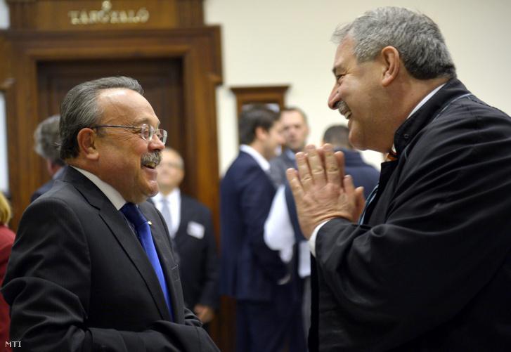 Bánáti János és Zamecsnik Péter beszélget a Kúria épületében