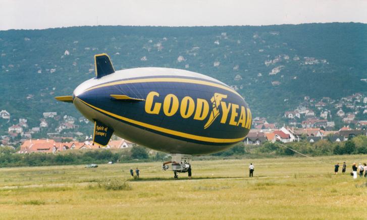 A leszállás fontos része, hogy amikor a léghajó leküzdi magát a talajig, gyorsan elkapják, különben elszáll