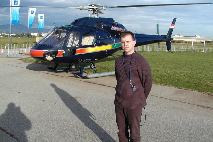 Papp Tibor a Monacair helikoptere előtt, 2002. december 6-án, nem messze Monacótól