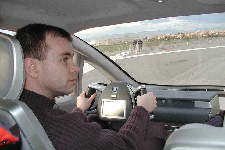 A GM drive-by wire autóját vezetve, ismeretlen szrző műve, akit megkértem, hogy fotózzon már le