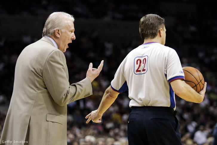 Popovic magyaráz Bill Spooner játékvezetőnek a Spurs-Nuggets mérkőzésen 2005. április 24-én a texasi San Antonióban