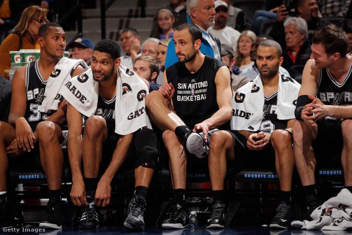 Boris Diaw (33), Tim Duncan (21), Manu Ginobili (20), Tony Parker (9) és Tiago Splitter (22) a San Antinio Spurs játékosai 2015-ben Denverben