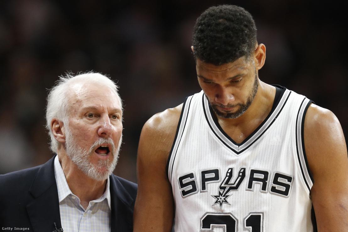 Popovic és Tim Duncan 2016. április 12-én a Spurs-Oklahoma City mérkőzésen