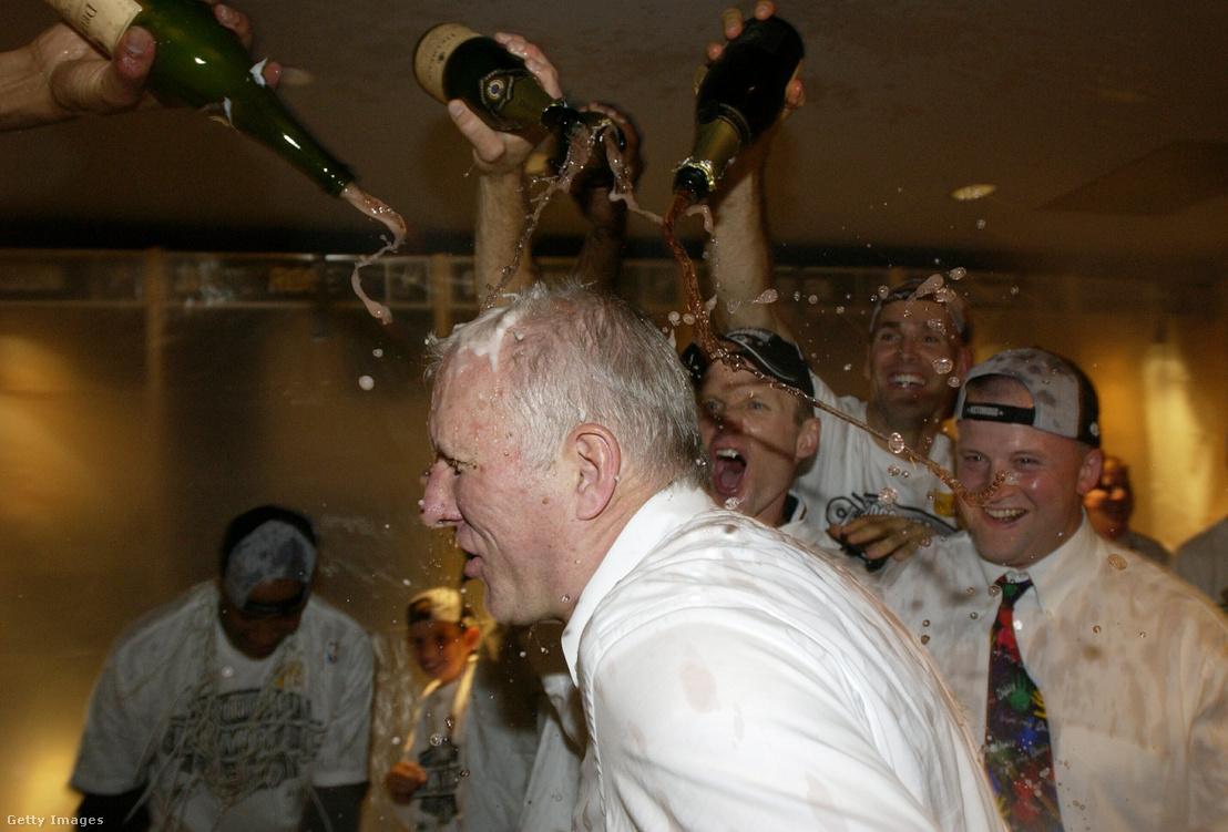 2003. június 15-én a csapat már az NBA-győzelmet ünnepelte, Popovich fürdik a pezsgőben