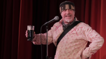 A színpadon halt meg egy brit komikus, a közönség azt hitte, viccel