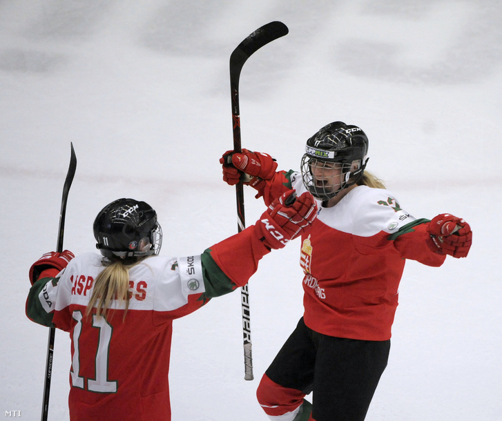 Gasparics Fanni (b) és Nooren Averi a női jégkorong divízió I/A világbajnokság Magyarország - Olaszország mérkőzésén a káposztásmegyeri Vasas Jégcentrumban 2019. április 12-én.