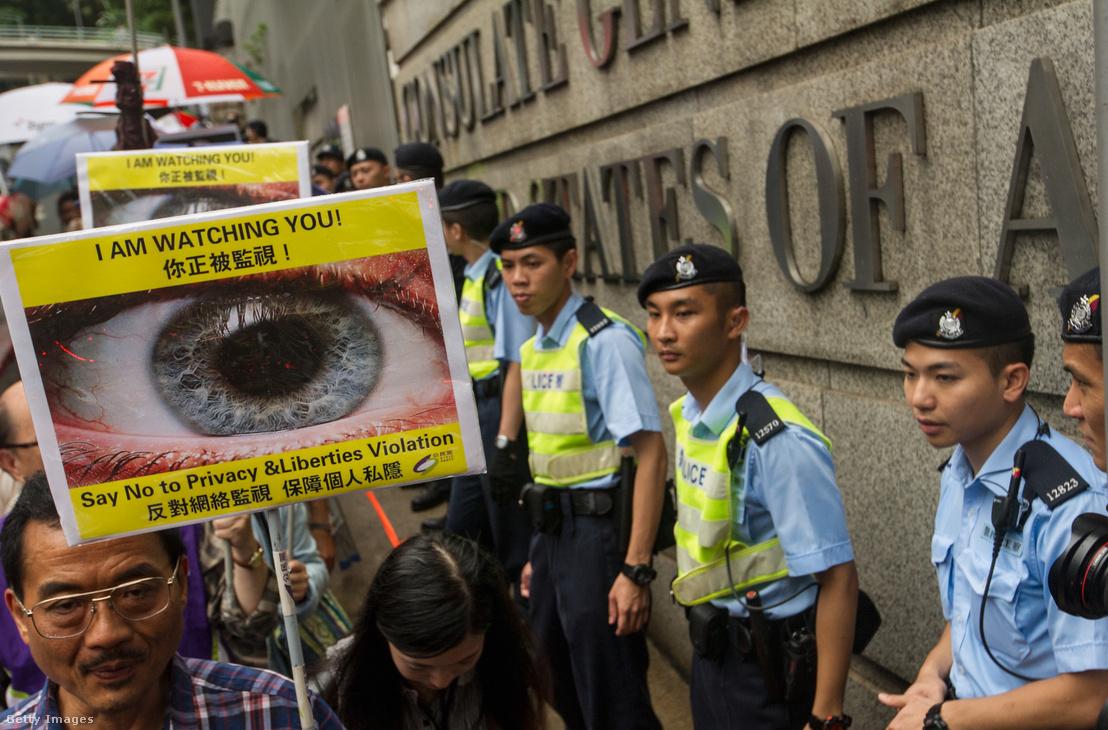 Tüntetés Edward Snowden mellett 2013-ban, Hong Kongban, az amerikai konzulátusnál.