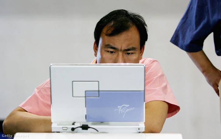 Laptopot mustrál egy látogató a 9. Nemzetközi High-Tech Kiállításon, Pekingben, 2006-ban. A kiállításon több mint kétezer bel- és külföldi cég vett részt.