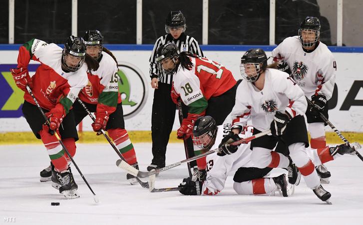 Kreisz Emma, Dabasi Réka és Huszak Alexandra, valamint az osztrák Tamara Grascher, Annika Fazokas és Antonia Matzka (b-j) a női jégkorong divízió I/A világbajnokság Magyarország - Ausztria mérkőzésén