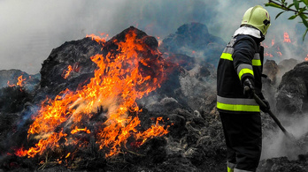 Háromszáz körbála lángol Kiskunmajsánál
