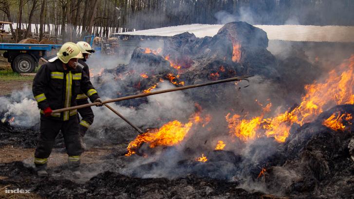 Mintegy háromszáz körbála ég Kiskunmajsa külterületén, a Jászszentlászló felé vezető út mellett, írja a katasztrófavédelem. A tűzhöz a kiskunhalasi és a kiskunmajsai hivatásos tűzoltókat riasztották, akik két vízsugárral oltják a lángokat.