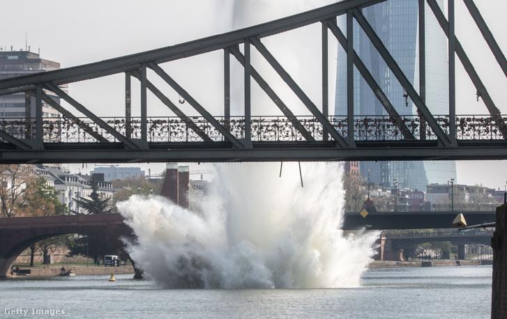 Egy második világháborús robbanószerkezetet hatástalanítanak Frankfurtban 2019. április 14-én.