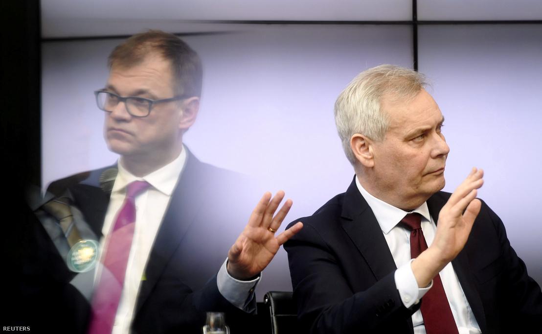 A tükörződésben Juha Sipilä (bal oldalt) a CPC elnöke, mellette Antti Rinne az SDP elnöke, a parlamenti választások vitáján Helsinkiben 2019. április 9-én