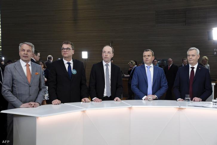 Balról-jobbra: Pekka Haavisto, a Zöld Liga elnöke, Juha Sipilä, a Centrumpárt elnöke, Jussi Halla-aho Finnek Pártjának elnöke, Petteri Orpo, az Országos Koalíció Párt elnöke és Antti Rinne, az SDP elnöke részt vesznek a finn választási médiafogadáson Helsinkiben, 2019. április 14-én