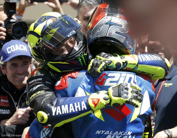 Valentino Rossi öleli meg Alex Rinst a MotoGP amerikai futama után Austinban 2019. április 14-én