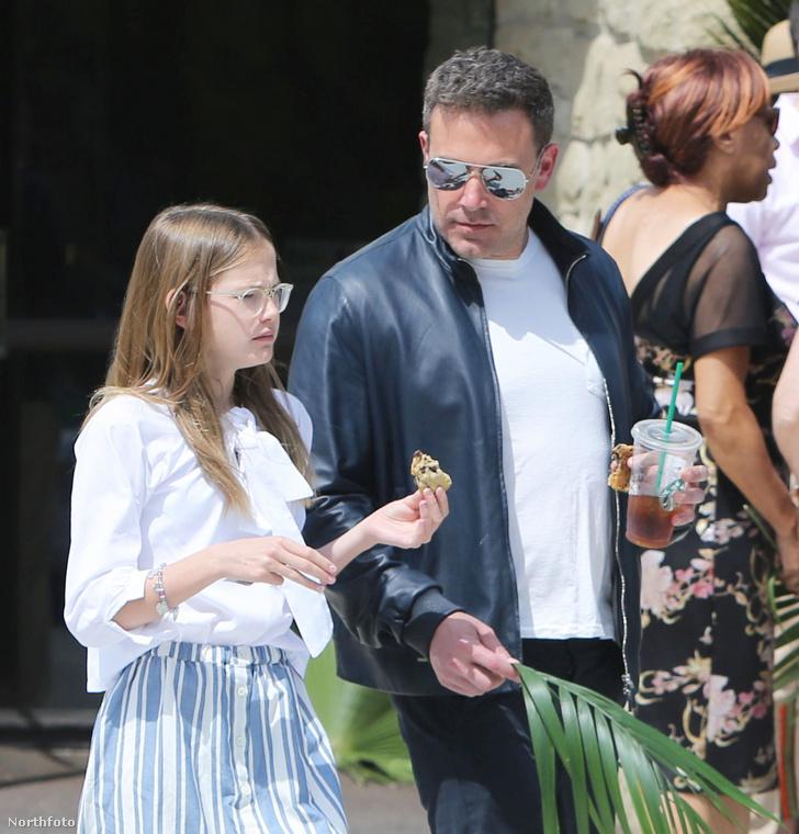Ben Affleck ezzel szemben Kaliforniában volt virágvasárnap, itt lányával, Violettel látható, vele együtt mentek templomba.