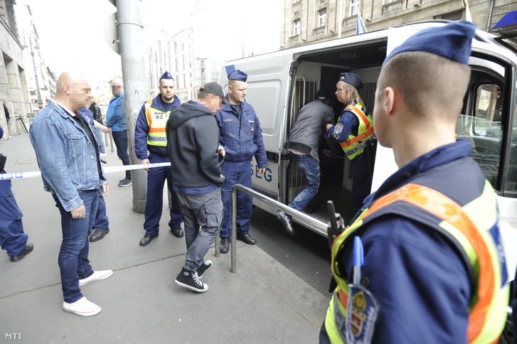 Rendőrségi intézkedés a főváros V. kerületében, a Kossuth Lajos utcában 2019. április 14-én. A rendőrség 47 embert állított elő egy V. kerületi szórakozóhelyről kábítószer-birtoklás gyanúja miatt