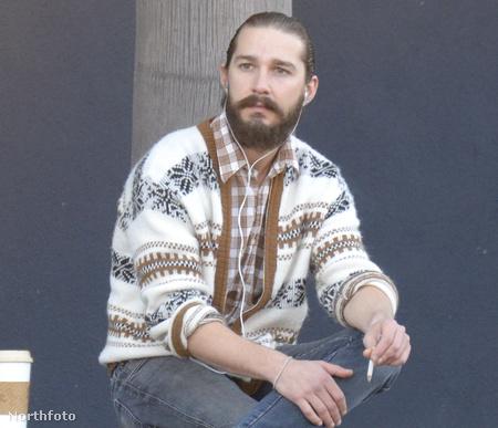 Shia LaBeouf Velencében - szakáll, hosszú haj, kardigán, utcán ülve cigizés...