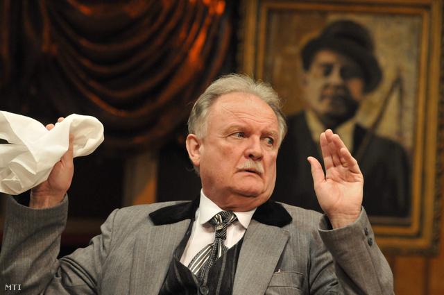 Balázs Péter, Schneider Mátyás szerepében játszik a Hippolyt, a lakáj című zenés vígjáték próbáján 2010. április 6-án a szolnoki Szigligeti Színházban.