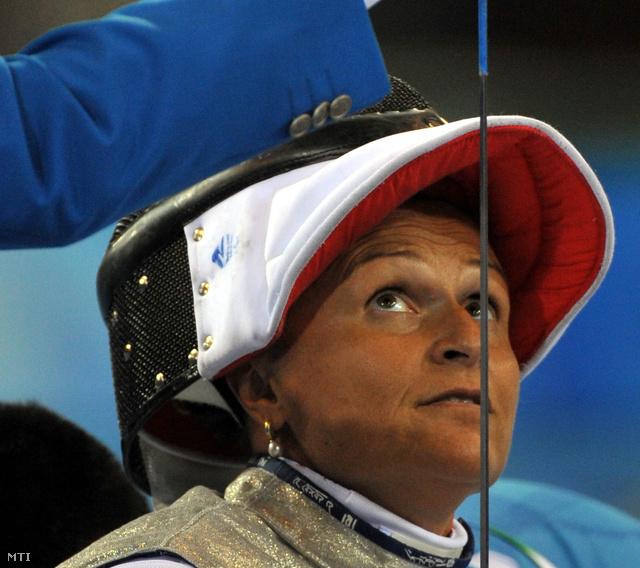 Pálfi Judit tőrét ellenőrzi a bíró a pekingi paralimpián az Olimpiai Központ vívócsarnokában.