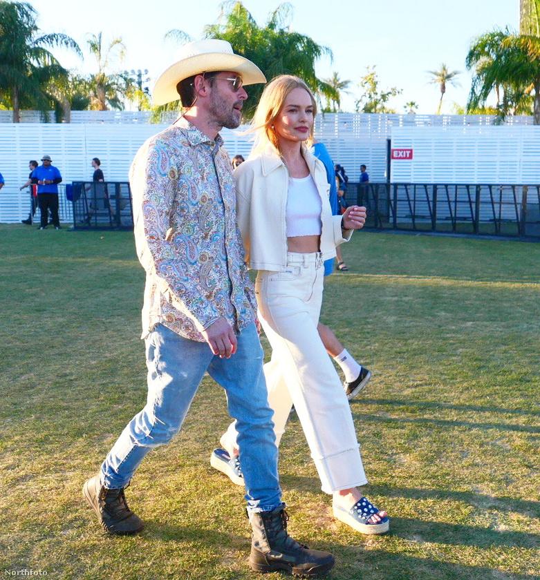 Kate Bosworth, szinésznő  fehér farmergatya és fehér bőrkabát mellett döntött, amit egy magastalpú papuccsal koronázott meg