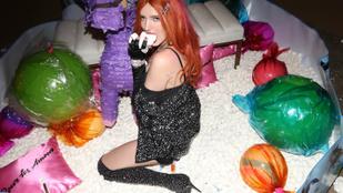 Bella Thorne volt a legkihívóbb a Coachellán, de Paris Hilton is odatette magát
